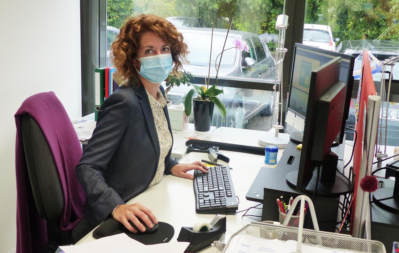 Aude Kaufmann, directrice du GETH, dans son bureau, pilote notre assemblée générale en ligne à partir de son ordinateur